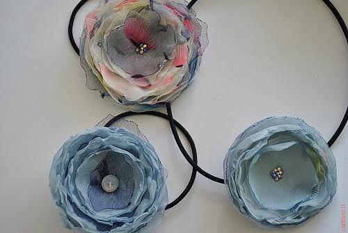 Цветы из ткани на резинку для волос